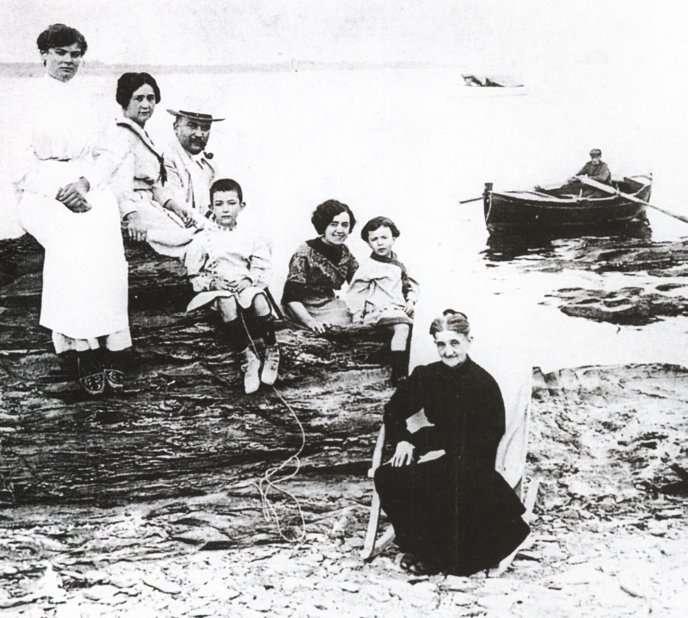 達利一家在1910年的照片,從左到右分別是,達利的姑媽瑪麗亞(Maria Teresa),母親,父親,達利,阿姨凱薩琳(後來成為達利的繼母),妹妹安娜(Ana Maria)和祖母安娜(圖/城市美學新態度)