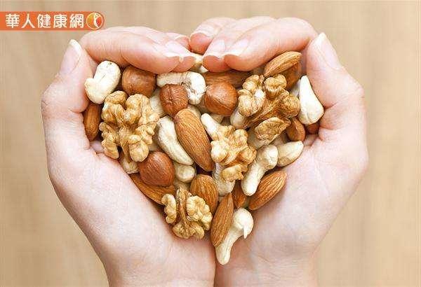 蛋白質食物含有色氨酸,例如:種子和堅果、火雞胸肉、乳酪、豆類、小扁豆和雞蛋等。(圖/華人健康網提供)