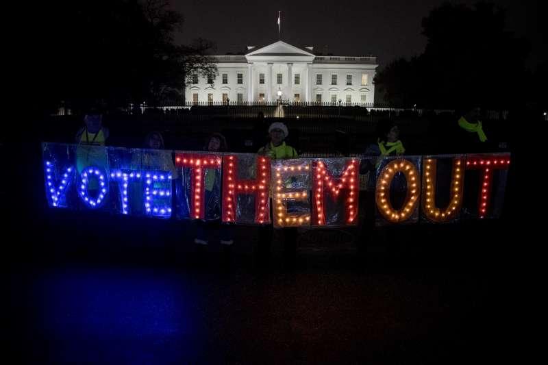 美國期中選舉6日登場,反川普的民眾在白宮外抗議(美聯社)