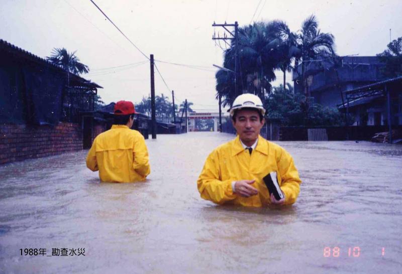 陳定南1988年勘查水災。(圖/想想論壇)