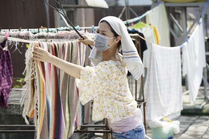 徐譽庭特地找來「劇場女神」謝盈萱飾演女主角劉三蓮,角色深刻又有獨特的大嬸魅力。(圖/華納兄弟)