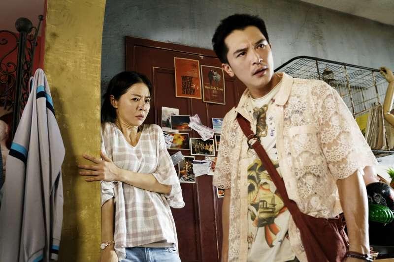 劉三蓮和阿傑在「誰是小三」和丈夫的保險金中周旋,看似喜劇的背後卻道出社會角落的故事。(圖/華納兄弟)
