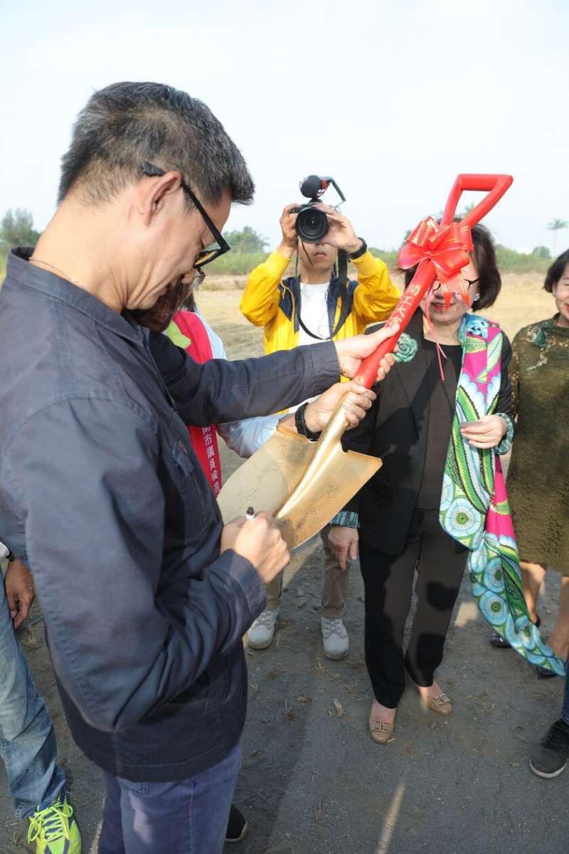 20181108-公視歷史戲劇《傀儡花》,7日正式與文化部、南市府、台糖合作,於台南舉辦搭景動土典禮,導演曹瑞原於金鏟子上簽名。(公視提供)