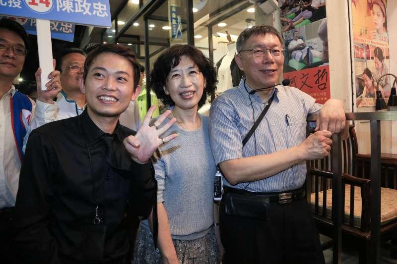 20181108-台北市長柯文哲今(8)日至士林夜市掃街。(簡必丞攝)