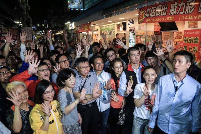 20181108-台北市長柯文哲今(8)日至士林夜市掃街,民眾熱情歡迎。(簡必丞攝)