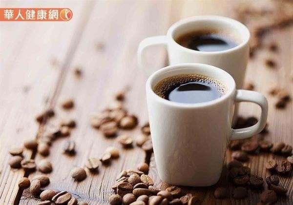 咖啡豆或咖啡粉既然是食品,當然可以放在冰箱保存,但切記必須要使用密封且深色非透明的容器來存放,用以隔絕冰箱門開關所造成的潮濕的情況。(圖/華人健康網提供)