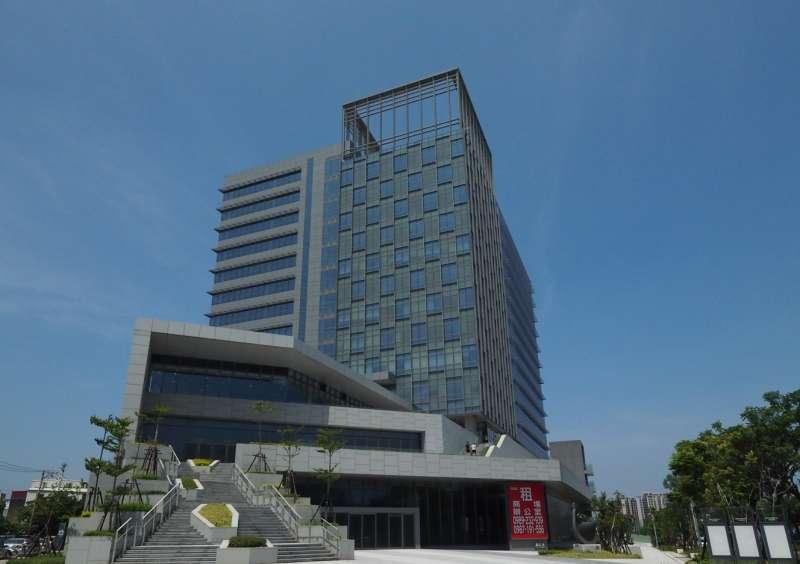 新竹市公道五週邊發展蓬勃,嶄新商辦大樓如雨後春筍林立。(圖/方詠騰攝)
