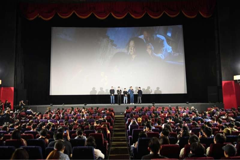 《地球最後的夜晚》8日放映,為金馬影展揭幕,觀眾座無虛席。(甲上娛樂提供).JPG