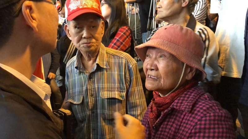 台北市長柯文哲到萬華龍山寺附近掃街,遇到長者嗆聲。(方炳超攝).jpg