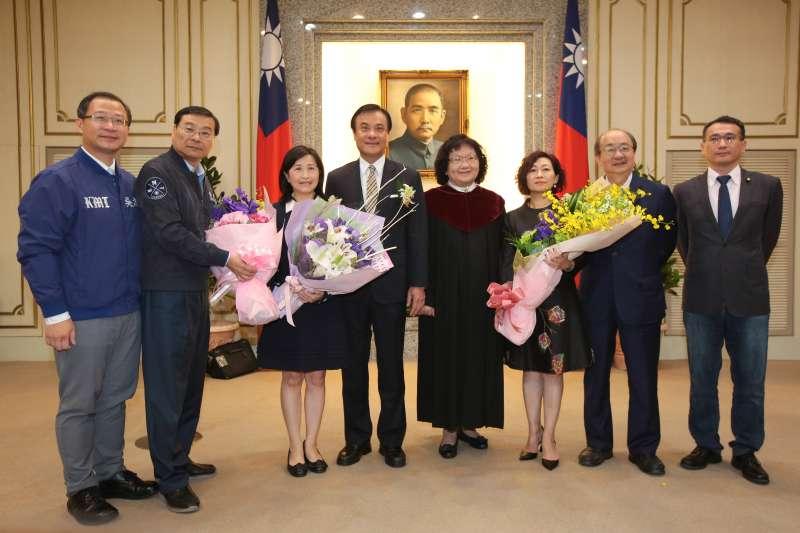 20181109-新科立委陳靜敏(右3)林奕華(左3)9日於立院宣誓就職。(顏麟宇攝)
