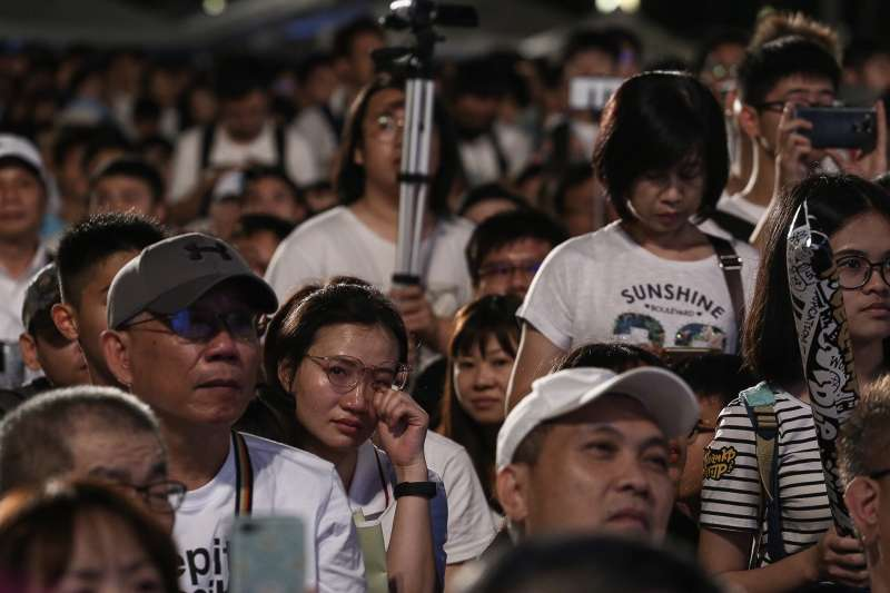 a545b競選連任的台北市長柯文哲,10日下午起在主場、北市府外舉辦「#teamKP挺柯P」活動,下午4點起的活動,人潮逐漸湧入,截至晚間6點半,主辦單位表示已破萬人參與。(陳品佑上).jpg