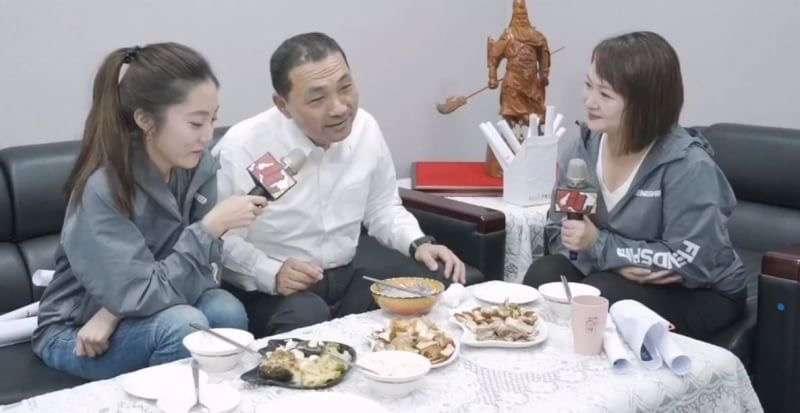 20181110-國民黨新北市長侯友宜9日在臉書上舉辦「晚餐會」,同時回應IG網友提問。(侯友宜競選總部提供)