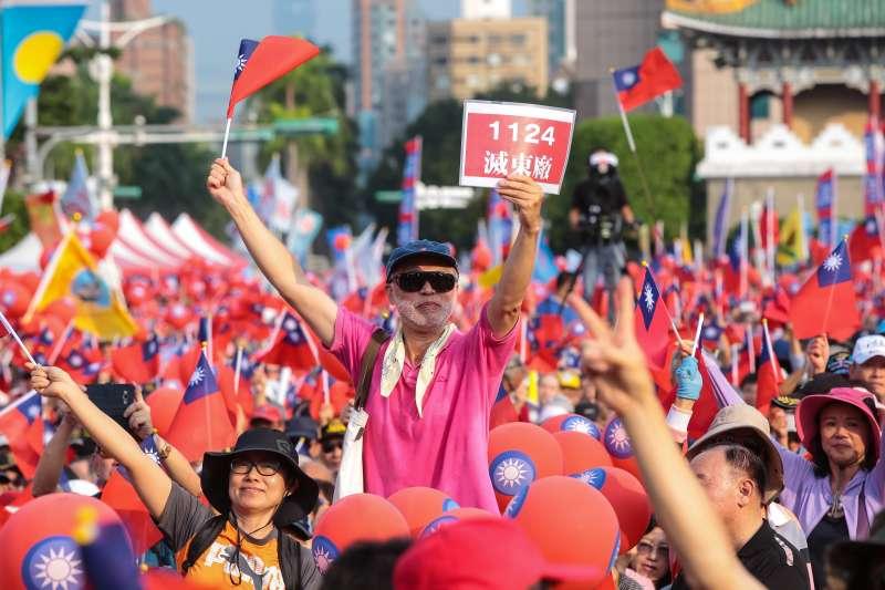 20181111-國民黨11日舉行「台北勝利台灣奮起,丁守中凱道萬人造勢活動」,現場民眾揮舞著國旗,並高舉「1124滅東廠」標語。(顏麟宇攝)