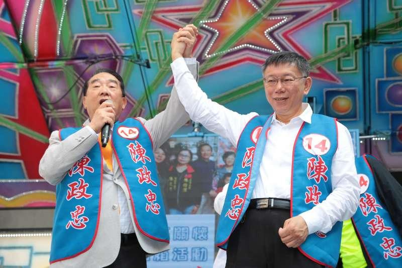 20181111-親民黨主席宋楚瑜11日出席市議員陳政忠競選連任總部成立大會,並舉起柯文哲的手高喊當選。(顏麟宇攝)