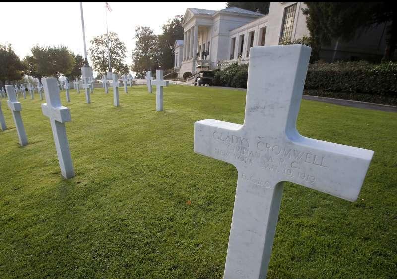 2018年11月11日,克倫威爾(Cromwell)姊妹在法國一戰美軍公墓長眠。(AP)