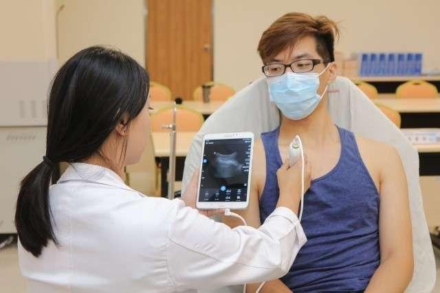 連接探頭與平板電腦,視診器能透過掃描的方式來了解心臟、腹部、周遭軟組織、骨骼肌肉……等有沒有問題(圖 / 新光醫院)