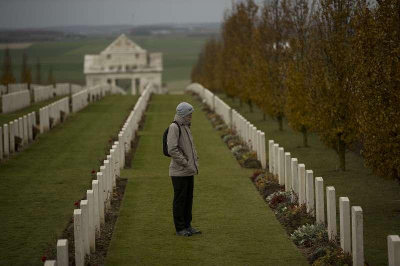一名男子在法國北部維萊-布勒托訥(Villers-Bretonneux)的澳洲國家紀念館駐足。(美聯社)