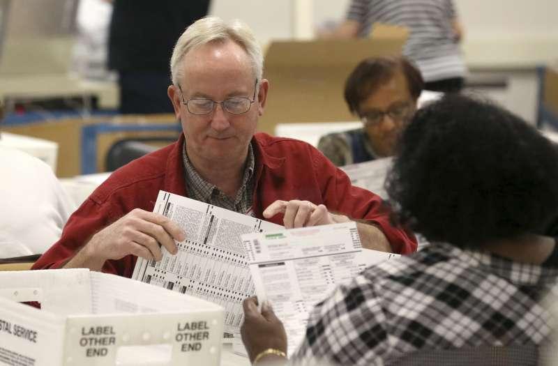 11月8日,亞利桑那州馬里科帕郡(Maricopa County)選務志工檢視選票(美聯社)