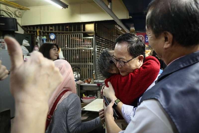 20181113-丁守中北投市場拜訪掃街,現場熱情民眾上前擁抱。(陳品佑攝)