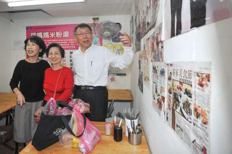 20181113-台北市長柯文哲今(13)早到東三水等3個市場掃街拜票,全程用臉書直播,夫人陳佩琪也陪同和民眾互動,拉票。(甘岱民攝)