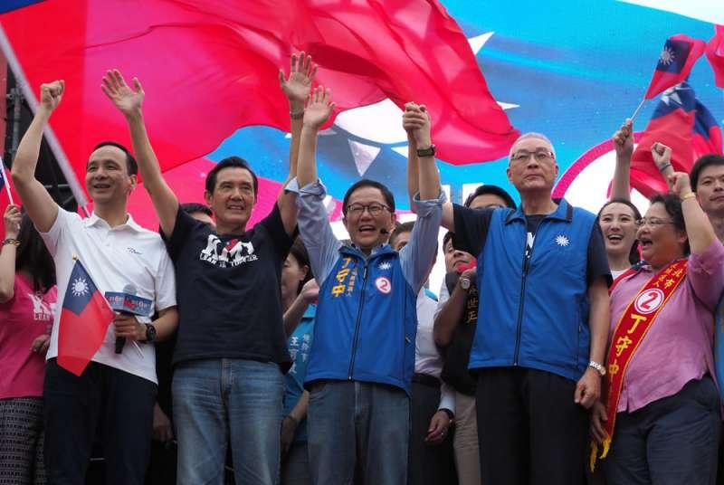 綠營選民最不樂見的,是丁守中(右二)「光復」首都,帶領藍營氣勢回歸。(林瑞慶攝)