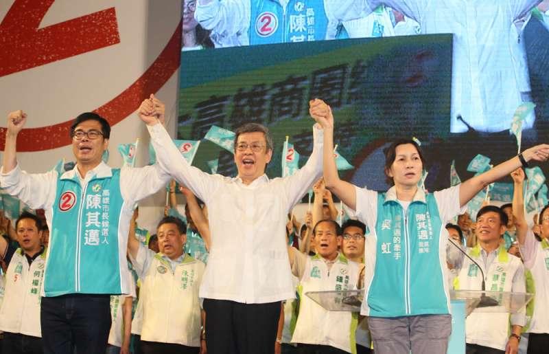 副總統陳建仁(中)為陳其邁(左)站台,帶來白派的支持。(柯承惠攝)