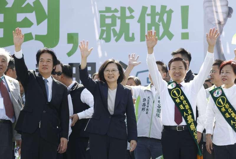 蔡英文(中)、賴清德(左)今年分別九度到彰化,為魏明谷(右二)站台輔選。(郭晉瑋攝)