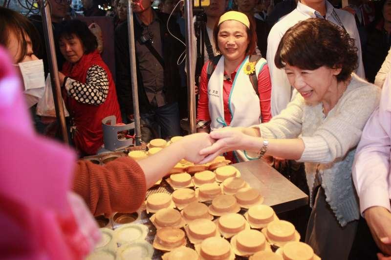ky台北市長選舉進入倒數計時肉搏戰,現任市長柯文哲14日晚間再度前往萬華區的夜市掃街,夫人陳佩琪也一起拜票。。(方炳超攝).jpg