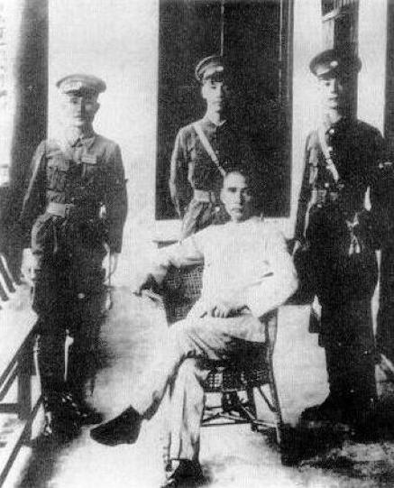 soybeanGX:圖四:國父在黃埔軍校開學典禮後,與蔣中正(中)、何應欽(左)、王柏齡(右)合影。(作者提供)