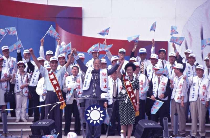 謝深山於1997年被國民黨提名為第13屆台北縣長候選人,結果敗選。圖為時任總統的李登輝為謝深山站台造勢。(取自開放博物館網站)