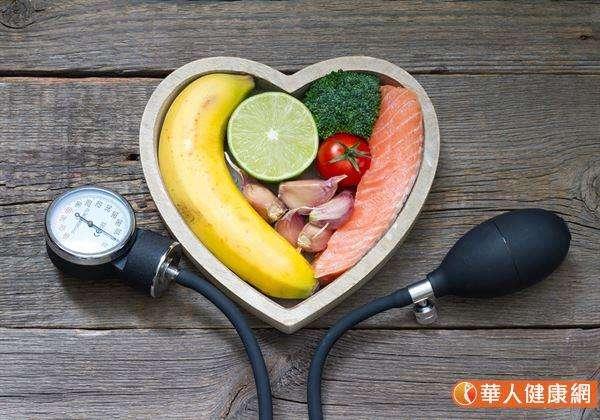 執行得舒飲食時,建議蛋白質來源優先選擇白肉(魚肉及雞肉)、豆腐和奶類,「少紅肉」以降低飽和脂肪的攝取。(圖/華人健康網提供)