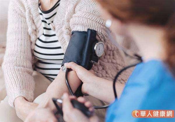根據統計,當氣溫每下降1度,血壓就可能上升0.5毫米汞柱以上。(圖/華人健康網提供)