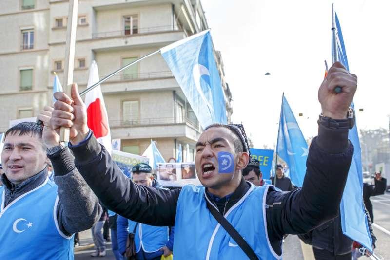海外維吾爾人抗議新疆人權問題。(AP)