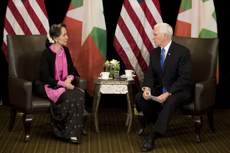 美國副總統彭斯14日在新加坡登場的東協(ASEAN)會議,與緬甸國務資政翁山蘇姬討論羅興亞人的議題(美聯社)