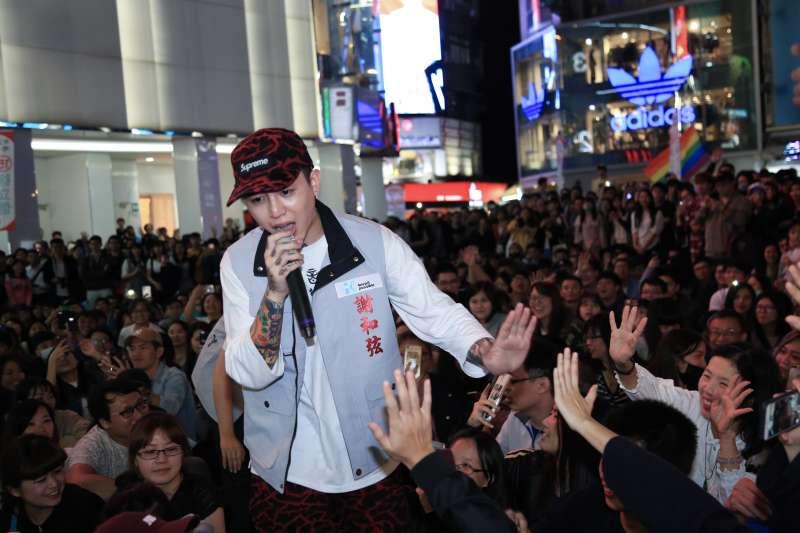 20181115-歌手謝和弦出席台北市長柯文哲行動總部趴趴GO西門站。(簡必丞攝)