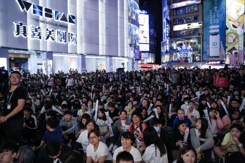 20181115-台北市長柯文哲行動總部趴趴GO西門站,許多民眾到場支持。(簡必丞攝)