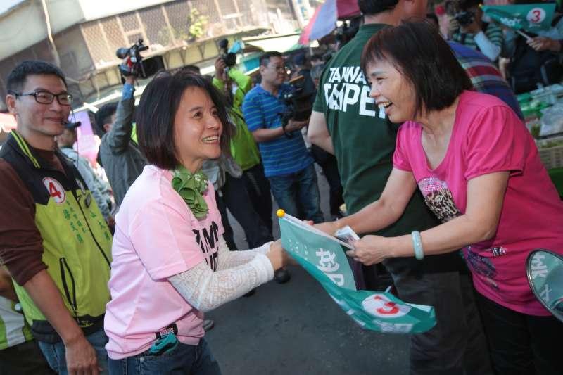 20181115-民進黨台北市長候選人姚文智與妻子潘瓊琪15日一同至大龍市場掃街拜票。(顏麟宇攝)