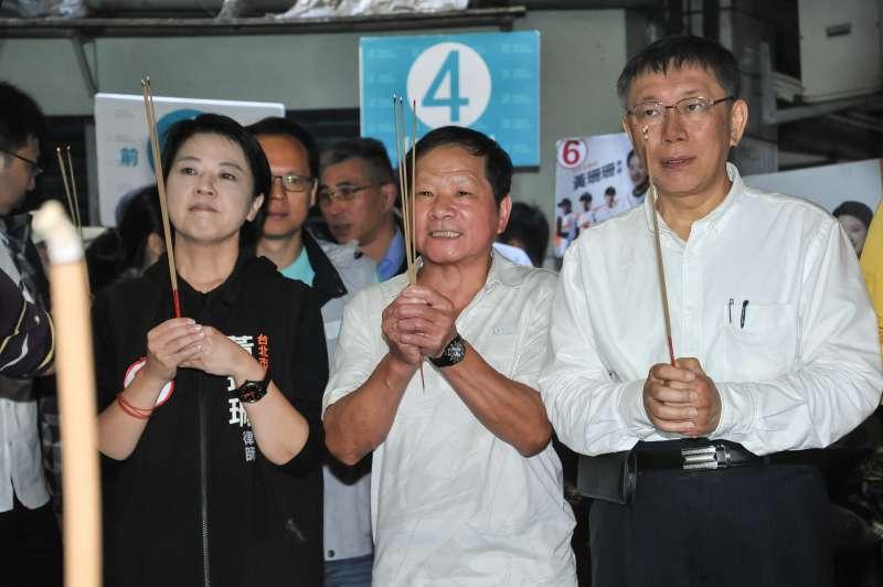 20181115-台北市長候選人柯文哲至湖光市場掃街,與市議員候選人黃珊珊一同上香祈福。(甘岱民攝)
