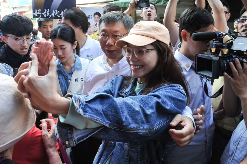 20181115-台北市長候選人柯文哲至737巷掃街,熱情民眾上前一起自拍。(甘岱民攝)