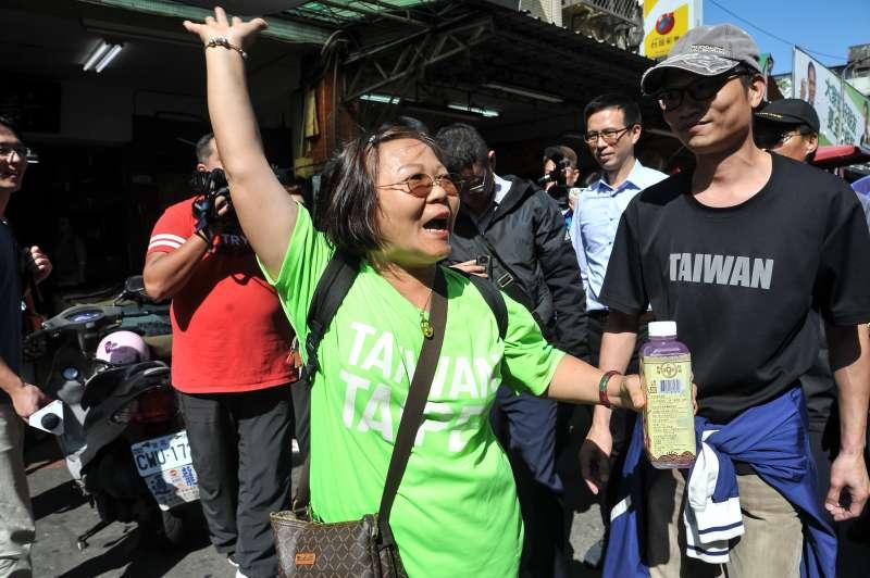 20181115-台北市長候選人柯文哲至737巷掃街,一名民眾上前叫囂。(甘岱民攝)