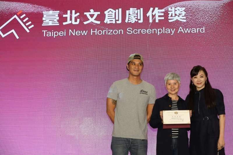 今年的「臺北文創劇作獎」,由臺北文創基金會執行長劉麗惠頒給了馬志翔執導、李烈監製的《林森北路》。