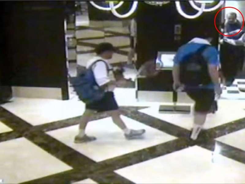 轟動全球的 Mahmoud Al Mabhouh 刺殺事件,部分過程被酒店閉路電視拍下。其中可見受害人(紅圈)被兩名手持球拍的人尾隨進電梯,其後亦在同一樓層出電梯。(圖/*CUP)