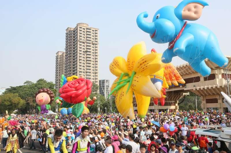 20181117-由民間發起的「weCARE大氣球遊行」,17日下午2點從高雄市文化中心集結出發,  遊行隊伍以嘉年華的方式進行,由玫瑰花、小飛象、千里眼及鸚鵡等4個大隊,分別有巨型造型氣球帶領隊伍前進。(新新聞柯承惠攝)