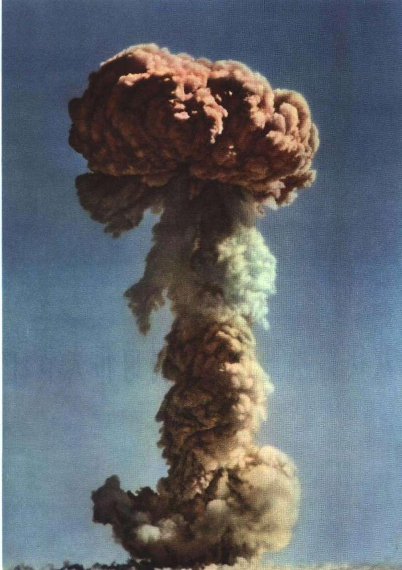 1964年10月16日下午3時,中國自行研製的第一顆核彈(原子彈)在新疆羅布泊試爆成功。(維基百科.公有領域)