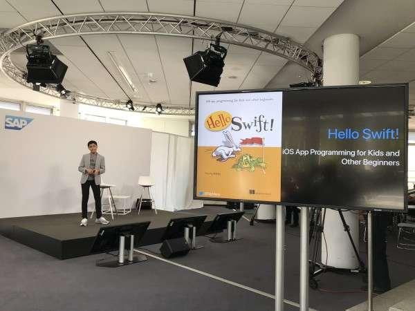 Tanmay Bakshi 在12歲時,還出版了一本專門針對兒童所寫的iOS程式教學書《Hello Swift!》。(圖/智慧機器人網提供)