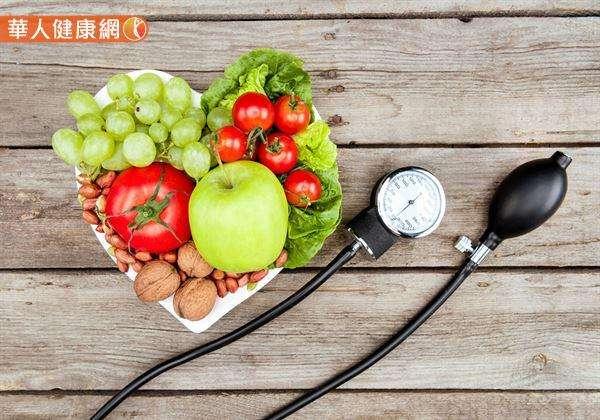 美國納許維爾高血壓研究所更發現,含鉀豐富的番茄等食物,可以更正大部份人吃太鹹的問題,提升食物的天然風味,有助降血壓。(圖/華人健康網提供)