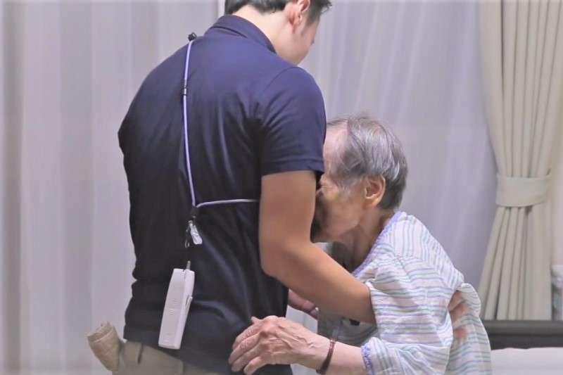 隨著人口逐漸老化,照護者的需求也會不斷增加,如何吸引人才持續加入是台灣的一大挑戰(圖 / 擷取自youtube)