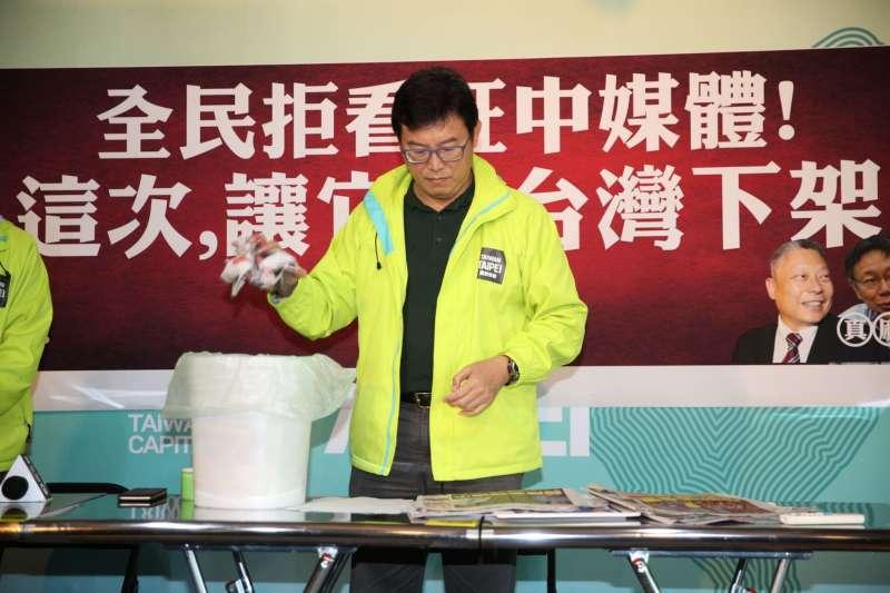 民進黨台北市長候選人姚文智今(20)痛斥,旺中媒體是「中國傳聲筒」,這段時間極盡嘲諷羞辱、霸凌他;他現場更揉爛旺中媒體刊物,丟到垃圾桶。(姚文智辦公室提供).JPG