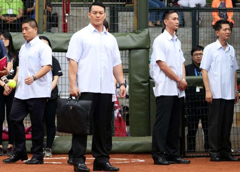 20181120-防彈公事包是特勤人員必備的維安裝備,包括總統、副總統、行政院長等人的隨扈,都有此裝備。(蘇仲泓攝)