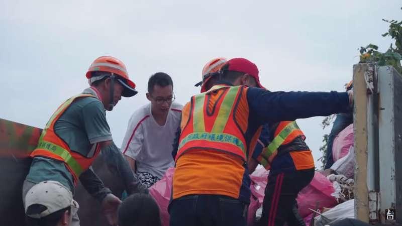 第一次淨灘活動位於沙崙,清出的垃圾整整載滿三輛垃圾車。(圖/截自台客劇場YouTube)